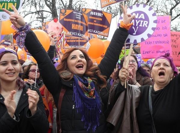 7789564049_en-turquie-les-femmes-ont-defile-lors-d-une-women-s-march-le-8-mars-dernier